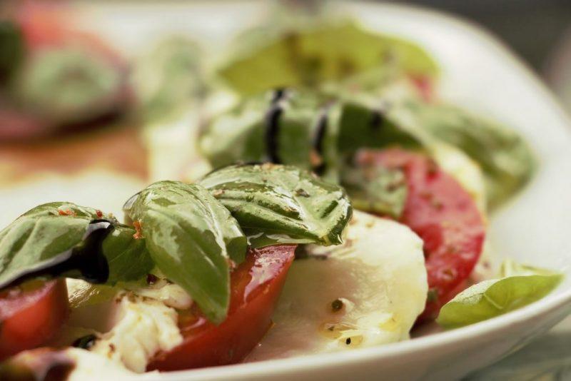 insalata caprese con foglie di basilico